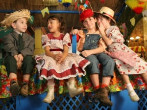 kinderen in caipira kleding