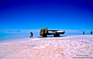 Salar-de-Uyuni-collecting-salt