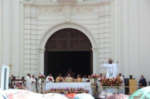Clerus voor de kathedraal van San Salvador