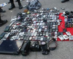 in beslag genomen mobieltjes, iets gebeurd er wel af en toe