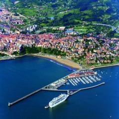 Playa de Ereaga met jachthaven en cruiseschip aan tweede pier